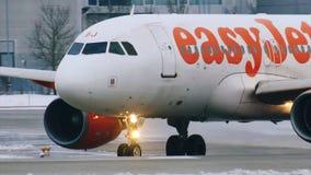EasyJet che fa taxi nell'aeroporto MUC, Germania di Monaco di Baviera stock footage