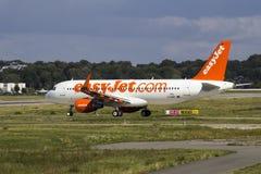 EasyJet A320, das auf Airbus-Anlage mit einem Taxi fährt Stockbild