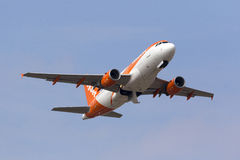Easyjet A319, das nach klettert, entfernen sich Stockfotos