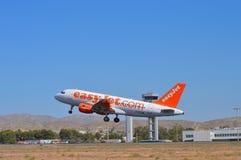 EasyJet, das von Alicante-Flughafen weghebt Stockbild