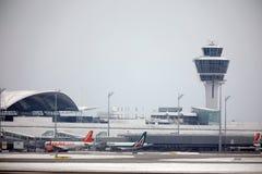 EasyJet et Alitalia surface aux portes terminales dans l'aéroport de Munich, neige Image libre de droits