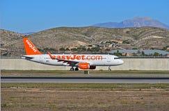 Easyjet flygbolagpassagerarflygplan som tar av på den Alicante flygplatsen Arkivbild