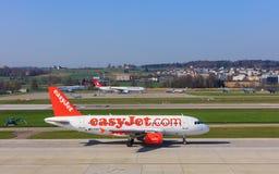 EasyJet flygbuss A319-111 i den Zurich flygplatsen Arkivfoto