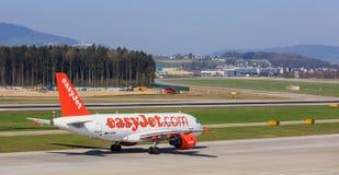 EasyJet flygbuss A319-111 på den Zurich flygplatsen Royaltyfri Foto