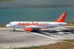 Easyjet flygbuss på landningsbana arkivfoton
