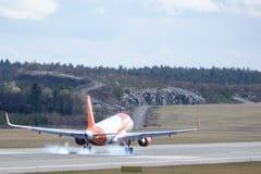 Easyjet flygbuss A320 - 214 som landar royaltyfria foton