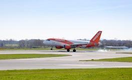 Easyjet flygbuss som ner trycker på på den Manchester flygplatsen Royaltyfria Foton