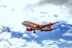 EasyJet flygplan Boeing 737 som landar på den Lanzarote ön Royaltyfria Foton
