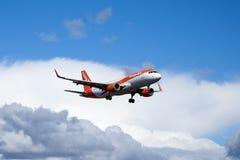 Easyjet, Luchtbus A320 - 214 die vliegen stock foto