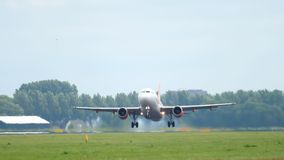 EasyJet-Luchtbus 320 vertrek stock videobeelden