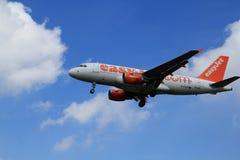 Easyjet in nubi fotografia stock libera da diritti