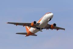 Easyjet A319 s'élevant après décollent Photos stock