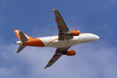 Easyjet A319 s'élevant après décollent Photos libres de droits