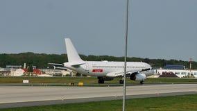 EasyJet spiana il rullaggio sulla pista, Francoforte, FRA stock footage