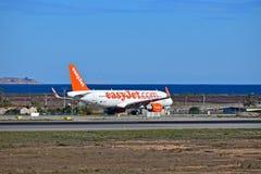 Easyjet vid havet på den Alicante flygplatsen Arkivfoto