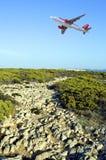 飞行在海角圣文森特小径的Easyjet空中客车A320航空器在峭壁顶部 库存照片
