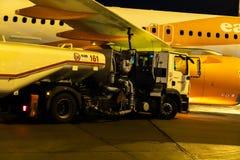 Easyjetvliegtuig die door AFS het voertuig van de brandstofopslag van brandstof worden voorzien royalty-vrije stock afbeelding