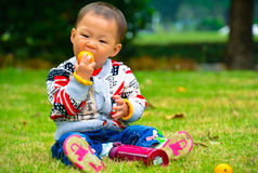 Eat fruit is conducive to the baby's growth Royalty Free Stock Photo