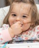 eat Hände Baby Mädchen lustig nett mahlzeit Karosserie teil lizenzfreies stockfoto