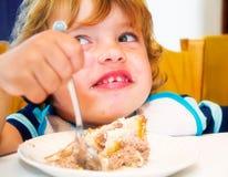 eateing男孩的蛋糕 免版税库存图片