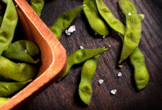 Eating cooked edamame beans Royalty Free Stock Photography