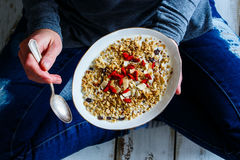 Eating healthy breakfast Royalty Free Stock Photography