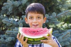 eating juicy watermelon 库存图片