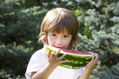 eating juicy watermelon 免版税库存图片