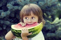 eating juicy watermelon 免版税图库摄影