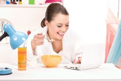 Eating woman laptop computer Royalty Free Stock Photos