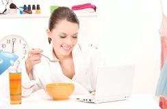 Eating woman laptop computer Royalty Free Stock Photos