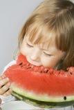 Eatsw de petite fille de la pastèque image stock