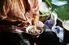 Eatting thailändsk nudel Arkivfoto