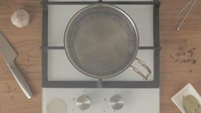 Eau bouillante de sels de personne dans la casserole en métal sur la cuisinière à gaz fonctionnante sur la cuisine clips vidéos