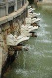 Eau-Broches de dragon aux jardins de la déesse de Sun-Lune Image stock