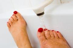 Eau chaude de robinet de bain Images libres de droits