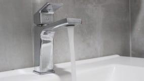 Eau courante d'un robinet d'eau banque de vidéos