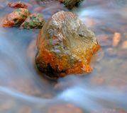 Eau courante et pierres photo stock