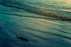 Eau de mer à la lumière de coucher du soleil image libre de droits
