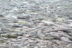Eau de mer avec des roches Photos libres de droits