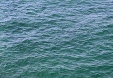 Eau de mer bleu ciel Photo stock