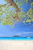Eau de mer de bleu de turquoise et ciel bleu d'espace libre sous le soleil Photo stock