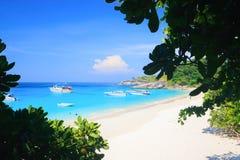 Eau de mer de bleu de turquoise et ciel bleu d'espace libre sous le soleil Images stock