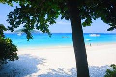 Eau de mer de bleu de turquoise et ciel bleu d'espace libre sous le soleil Image libre de droits