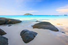 Eau de mer de bleu de turquoise et ciel bleu d'espace libre sous le soleil Photos stock