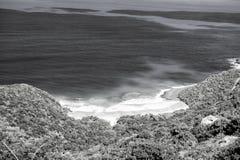 Eau de mer bleue et rivage vert à la ville de route, R-U photo libre de droits