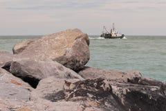 eau de mer de cailloux de littoral Photos libres de droits