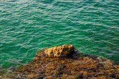 Eau de mer de roche, de pierre et d'émeraude Polignano une jument, Italie Photo stock
