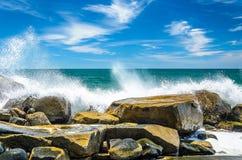 Eau de mer frappant dans des roches sur la côte et éclaboussant des baisses de l'eau Photographie stock