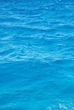 Eau de mer ondulée bleue Images libres de droits